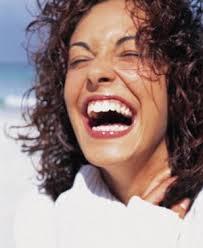mujer riendo. Dia internacional de la felicidad
