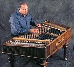 Cimbalon eller hakkebræt, der med sine hamre og strenge er et af klaverets stamfædre