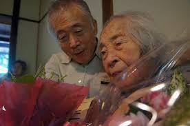 顔なじみのお年寄りから花束や寄せ書きがじゃんじゃんフミエさんに贈られています。 fumie-san02 宴はわいわいがやがや、約2時間にわたって盛り上がりました。 - fumie-san02
