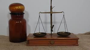 Antique <b>Libra</b> (1) - Brass, And wood - Catawiki