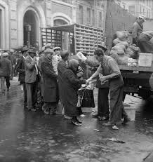 men eating soup during great depression soup kitchens and charities soup kitchens breadlines state officials federal officials the great depression