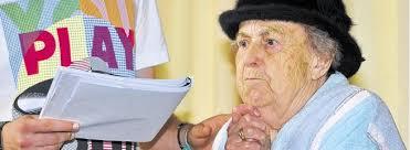 """Hinreißend: Anneliese Graf, mit 87 Jahren das älteste Mitglied im Ensemble, gab die """"Frau Niedlich"""".Foto: Joachim Kleine-Büning. Herten. - Hauptsache-gesund-in-Herten-0-656x240"""