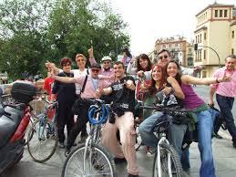 Resultado de imagen de practicando bicicleta por la ciudad chicas