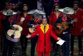 Video: Juan Gabriel le rinde homenaje en vida y le Canta A Roberto Gomez Bolanos Chespirito