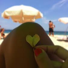 Resultado de imagem para mulher na praia