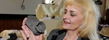 <b>Hannelore Müller</b> mit einem der Fundstücke - einem Keramikdeckel aus dem 13. - 00474516_F49D81F958B3A61E94A520E87E572B34