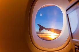 Красивое сценарное восхода солнца и <b>fullmoon</b> через окно ...