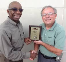 booker t washington society booker t boosters of evansville the unsung hero award archie carter presenting the unsung hero award to willie taylor