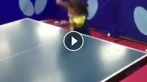 Mała dziewczynka gra w ping ponga