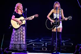 Taylor Swift Brings Out Lisa Kudrow for