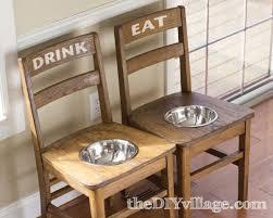 Tο φαγητό στις καρέκλες...