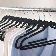 Resultado de imagen de ropa colgada perchas armario