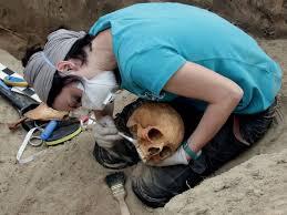 Znalezione obrazy dla zapytania nowy sacz ekshumacja pod pomnikiem zdjęcia