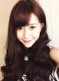 Tham khảo những kiểu tóc Back to School của loạt hot girl Việt 4. Mái bằng để lệch với những đường xoăn sóng to bồng bềnh là kiểu tóc đang ... - tham-khao-nhung-kieu-toc-back-to-school-cua-loat-hot-girl-viet