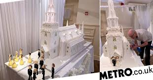 This 8ft tall wedding cake weighs <b>7</b> stone and cost £1,500 | Metro ...