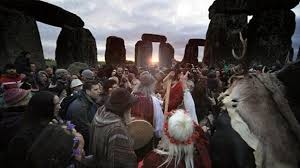 Summer solstice 2017: Crowds gather at Stonehenge on the longest ...