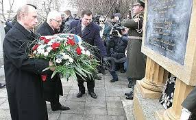 Vladimir Putin laid <b>flowers on the</b> monument to Russian officers who ...