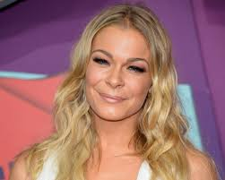The 35-year old daughter of father Wilbur Rimes and mother Belinda Miller, 165 cm tall LeAnn Rimes in 2017 photo