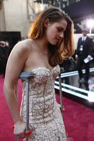Kristen Stewart on crutches at Oscars