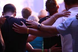 Resultado de imagen para gentes en oracion