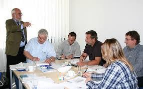 INMAS-Geschäftsführer Manfred Skiebe bereitet Teilnehmer der CE-Koordinator-Schulung auf die Prüfung des TÜV-Rheinland vor. - 1317114222-ce-coordinator-schulung-inmasjpg