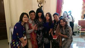 faculty newsroom professor elanie steyn middle the five burmese delegates at the white house event yseali