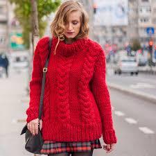 Согреет в любой ситуации: 8 стильных образов с одним <b>свитером</b>