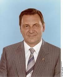 Siegfried Lorenz (Politiker). aus Wikipedia, der freien Enzyklopädie. Wechseln zu: Navigation, Suche - 220px-Bundesarchiv_Bild_183-1986-0520-411,_Siegfried_Lorenz