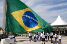 Resultado de imagem para imagens de pessoas hasteando a bandeira e cantando o hino brasileiro