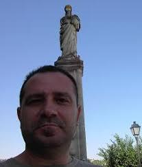 Monumento a la Inmaculada Concepción, en San Juan de los Reyes. Estoy sentado en un peldaño del monumento que se le hizo a la Inmaculada Concepción en 1954. - virgen_san_juan_reyes