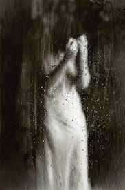 Resultado de imagem para mulher na chuva