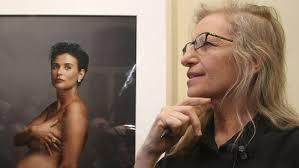 Annie Leibovitz vor einem Bild der schwangeren Demi Moore.