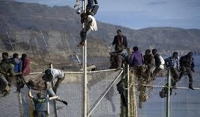 مدريد - الشرطة الإسبانية تعتقل مهاجرين أفارقة اقتحموا السياج المحيط بسبتة