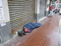 Risultati immagini per donna senzatetto dorme in strada