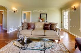 Pareti Beige E Verde : Bella verde soggiorno con tavolo di lusso divano e vetro cofee