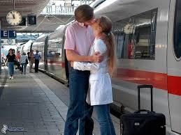 Risultati immagini per innamorati  bacio immagini in metro