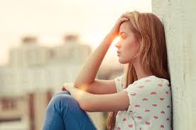 Resultado de imagen para imagen de mujer pensando triste