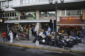 Atina sokaklarındaki çöp dağları büyüdü