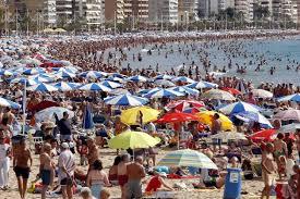 Resultado de imagen de playas saturadas de gente