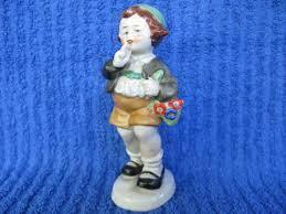 "Фарфоровая <b>статуэтка</b> ""<b>Мальчик</b> с корзиной <b>цветов</b>"" из Германии"