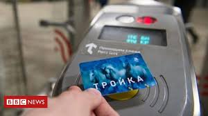 Moscow rail's accidental '<b>new year gift</b>' to commuters - BBC News