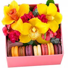 Коробки с макаронцами и цветами   Служба доставки цветов г ...