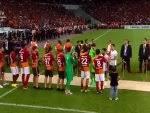 Galatasaray tribünleri Beşiktaş'ı alkışladı- İZLE