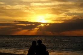 Znalezione obrazy dla zapytania para na plaży oglada zachód słońca