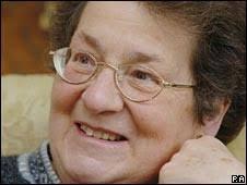 La veterana Julie Walters encarna a <b>Anne Turner</b> una mujer a la que <b>...</b> - _45401082_drturner226