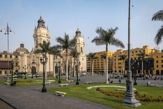 A Praça Maior marca o início do país.
